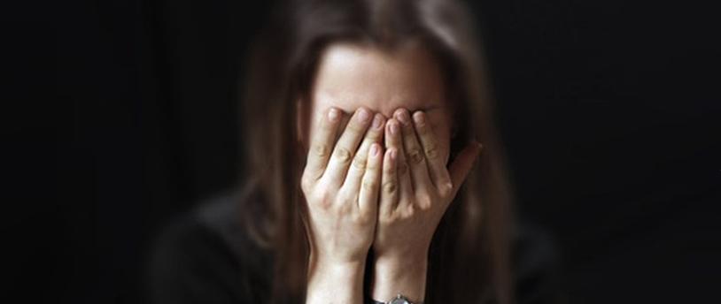 фото с закрытым рукой лицом